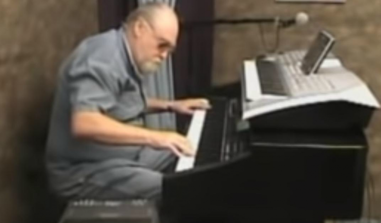 An older man leaves crowds speechless when he starts playing his piano